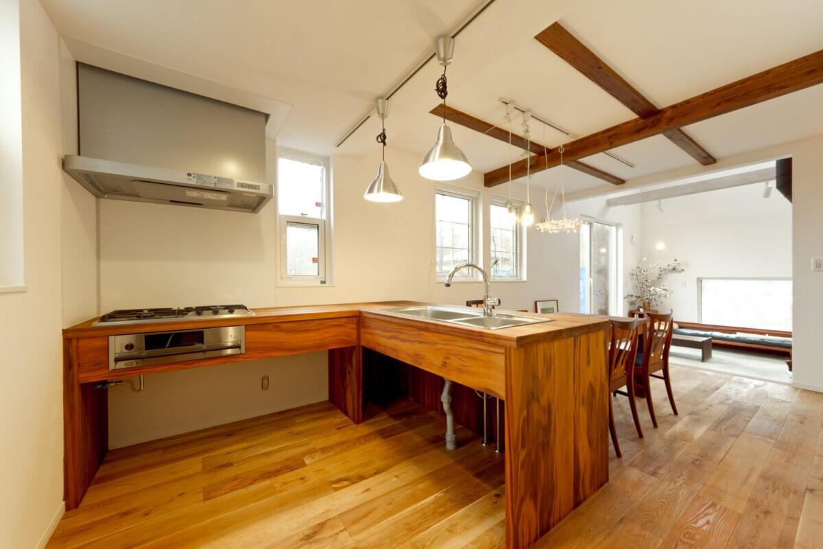 造作のエル型木製キッチン