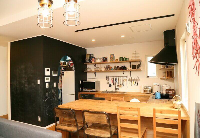 大田原、木のキッチン、黒板塗料、DIY、コの字キッチン、自然素材、オーガニック塗料
