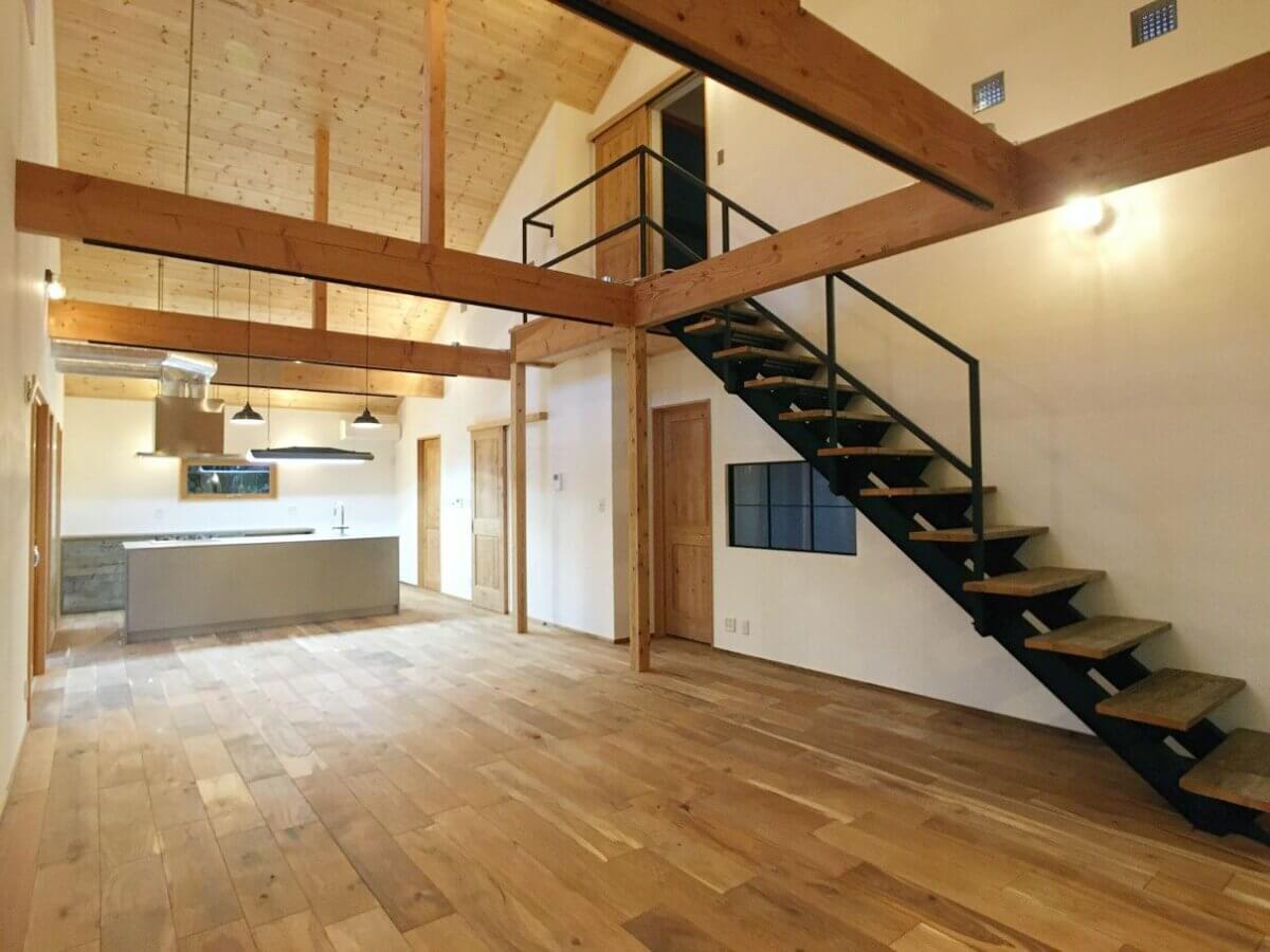 無垢床、オークフローリング、スイス漆喰、鉄骨階段、大屋根、板天井、オールステンレスキッチン